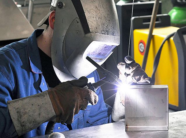 Schweißer mit einem WIG Schweigerät in der Industrie // welding operator industry
